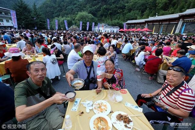 Mỗi bàn tiệc khoảng 8 người, phục vụ khách ăn uống thoải mái