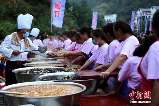 100 đầu bếp và 500 nhân viên phục vụ hết công suất