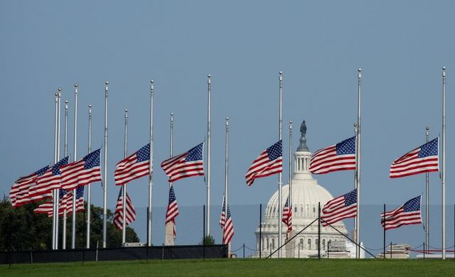 Cờ treo rủ trước Đài tưởng niệm ở Washington sau khi ông McCain qua đời.