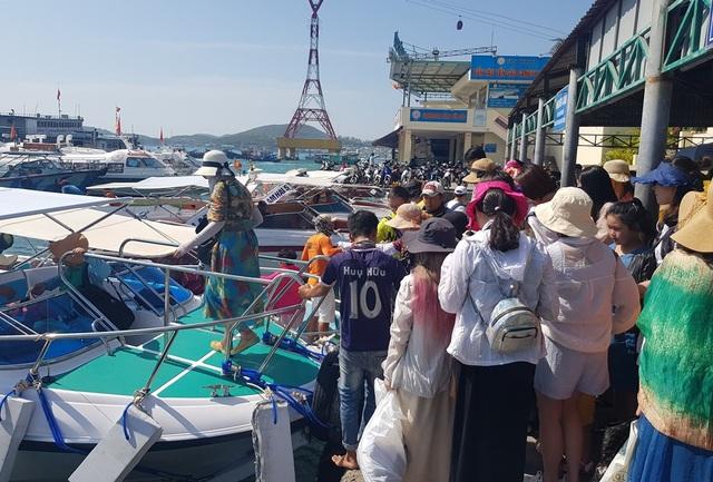 Du khách xuống canô đi tham quan các đảo trên Vịnh Nha Trang, Khánh Hòa