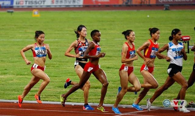 Nguyễn Thị Oanh (số 843) giành huy chương đồng ở nội dung 3000 mét vượt rào nữ