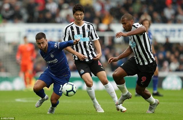 Hazard (trái) thi đấu trọn 90 phút, khác với phát biểu của Sarri trước trận đấu khi nói cầu thủ người Bỉ chỉ thi đấu được 50 - 60 phút