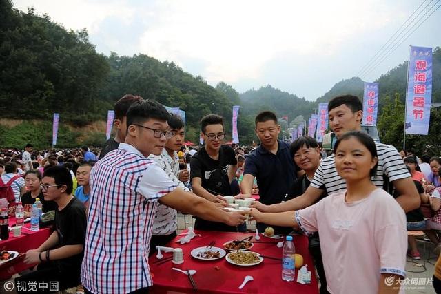 Ước tính, bữa tiệc thu hút hơn 20.000 khách tới tham dự