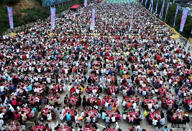 Hàng chục nghìn người cùng tham dự bữa tiệc đồng giá rẻ tại điểm du lịch hút khách ở núi Lão Quân