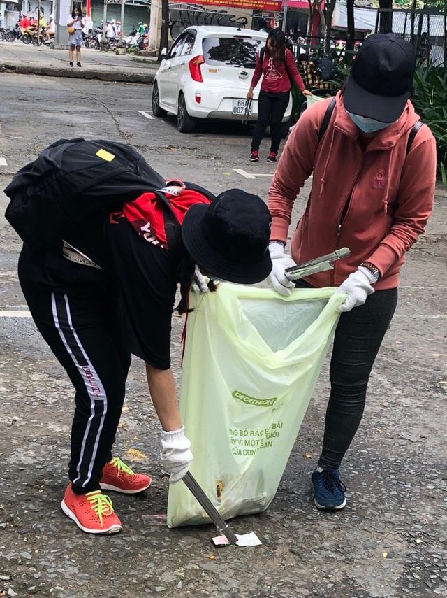 Người tham dự sự kiện sử dụng túi vi sinh phân hủy hoàn toàn đựng rác
