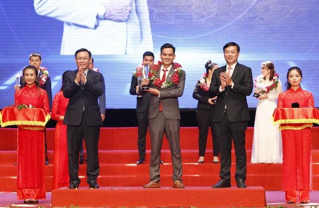 Phó Thủ tướng Vương Đình Huệ (bên trái ảnh) và Chủ tịch Hội LHTN Việt Nam Lê Quốc Phong (bên phải ảnh) trao giải cho Top 10 Doanh nhân trẻ khởi nghiệp xuất sắc 2018