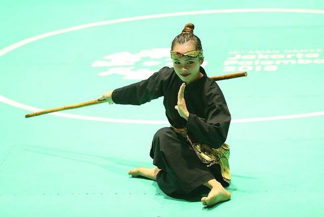 Nữ vận động viên Vương Thị Bình tham dự phần thi biểu diễn