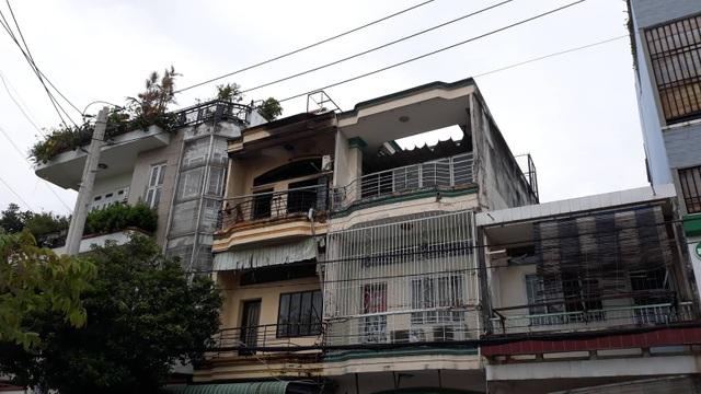 Căn nhà 3 tầng (giữa) xảy ra hỏa hoạn