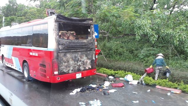 Đuôi xe du lịch bốc cháy khiến du khách hoảng loạn
