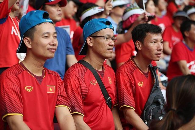 CĐV Việt Nam đổ bộ sân Patriot, tiếp lửa thầy trò HLV Park Hang Seo - 1