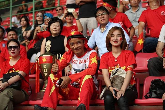 Sắc màu rực rỡ của cổ động viên Việt Nam đang nhuộm đỏ Patriot