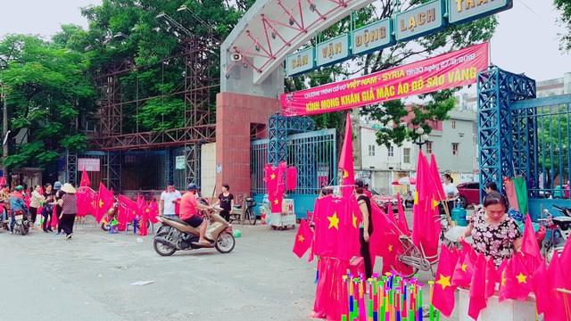 Trước cửa sân vận động Lạch Tray từ sớm áo đỏ sao vàng, cờ, kèn...đã được bày bán