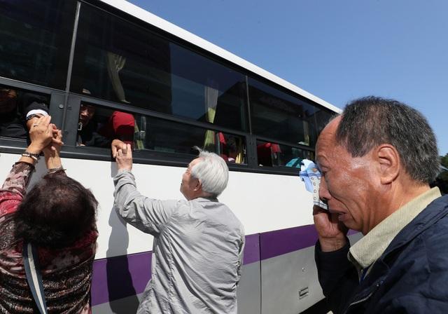 """""""Tôi rất hạnh phúc nhưng cũng rất buồn. Tôi đã 80 tuổi còn anh tôi đã gần 90 tuổi. Đây sẽ là lần gặp cuối cùng của chúng tôi. Thật tốt biết bao nếu hai miền Triều Tiên thống nhất ngay lúc này"""", ông Cho Sang-yong từ Hàn Quốc nói."""