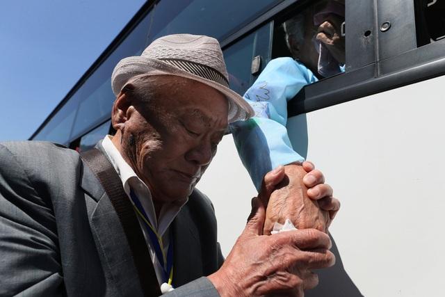 Những người Hàn Quốc đã lên xe buýt trở về nhà, trong khi những người thân từ Triều Tiên bịn rịn chia tay qua cửa kính.