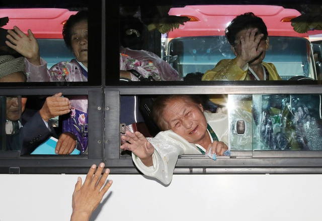"""""""Thật buồn vì chúng tôi phải chia xa khi vừa mới gặp mặt. Tôi ước anh trai tôi sẽ có sức khỏe tốt"""", bà Lee Kyung-ja, 74 tuổi, nói về người anh sống ở Triều Tiên."""