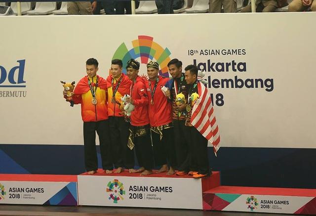 Các vận động viên Pencak Silat nhận huy chương ở nội dung biễu diễn đối luyện đôi nam