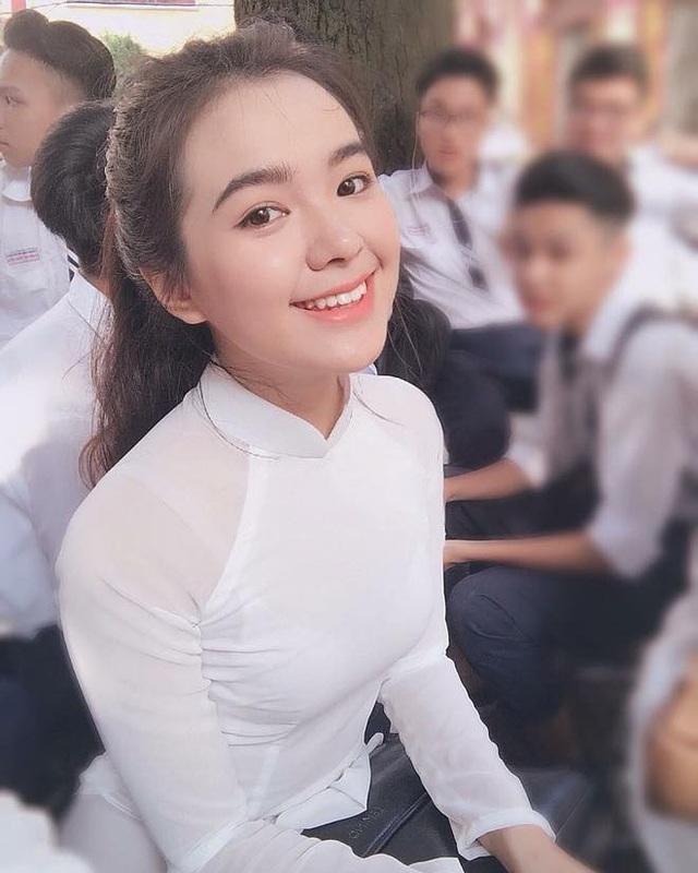 """Những khoảnh khắc Thiên Trang thướt tha diện áo dài trắng được chia sẻ rầm rộ trên mạng và nhận được """"cơn mưa"""" lời khen. Cũng chính vì thế mà nhiều người trìu mến đặt cho Trang biệt danh """"thiên thần áo dài trắng""""."""