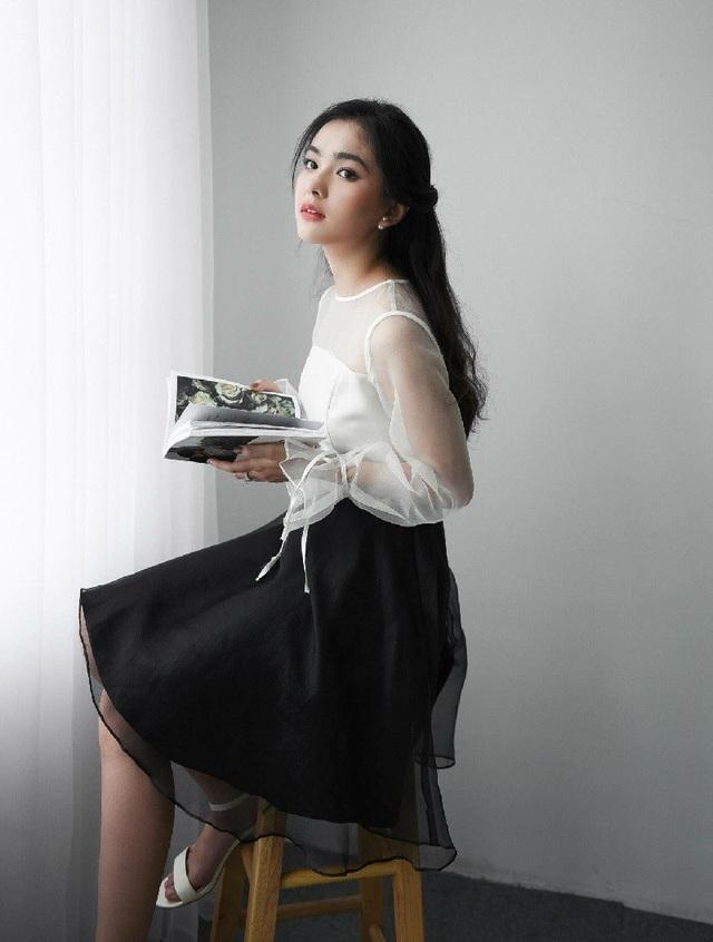 Được biết hiện tại bên cạnh việc học tập, Thiên Trang cũng là mẫu ảnh ruột cho nhiều shop thời trang tại Hà Nội.
