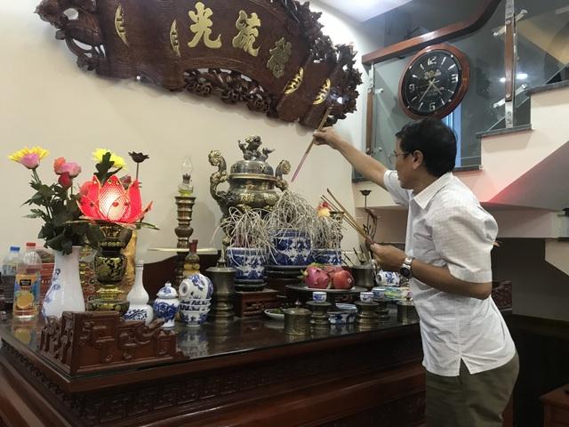Ông Nguyễn Quang Thuần thắp hương cầu khấn tổ tiên phù hộ cho con trai cùng đội tuyển Olympic Việt Nam trước trận đấu tối nay.