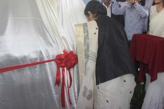 Ngoại trưởng Sushma Swaraj cắt băng khánh thành tượng Mahatma Gandhi trước sự chứng kiến của Đại sứ Ấn Độ tại Việt Nam Parvathaneni Harish cùng các quan chức ngoại giao và đông đảo cộng đồng người Ấn Độ tại Việt Nam.