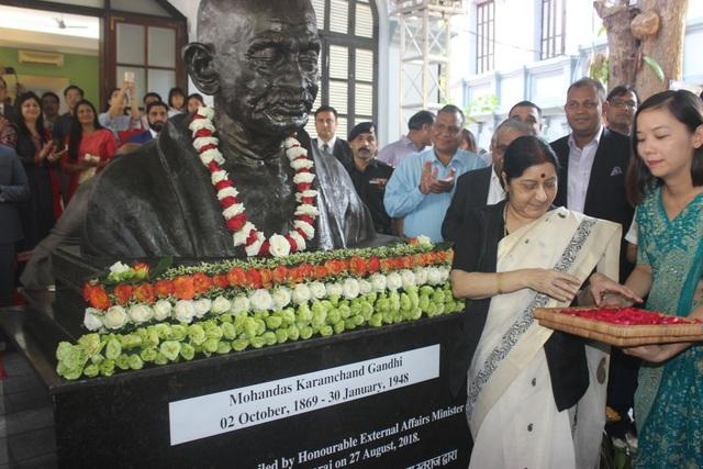 Ngoại trưởng Sushma Swaraj thực hiện nghi lễ rắc hoa trước bức tượng của nhà lãnh đạo Mahatma Gandhi.