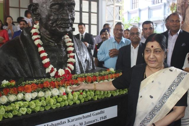 Phát biểu tại lễ khánh thành tượng Mahatma Gandhi, Ngoại trưởng Sushma Swaraj nhấn mạnh mối quan hệ hợp tác hữu nghị giữa Việt Nam và Ấn Độ, trải dài từ hàng thế kỷ qua trong mọi lĩnh vực, đặc biệt là giao lưu văn hóa.