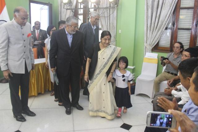 Ngoại trưởng Sushma Swaraj đã thăm hỏi và dắt tay một bé gái được lắp chân giả trong Dự án lắp chân giả Jaipur Foot thuộc khuôn khổ Chương trình Hợp tác Hữu nghị Việt Nam - Ấn Độ. Đây là dự án của chính phủ Ấn Độ nhằm hỗ trợ lắp chân giả miễn phí cho người khuyết tật tại tỉnh Phú Thọ.