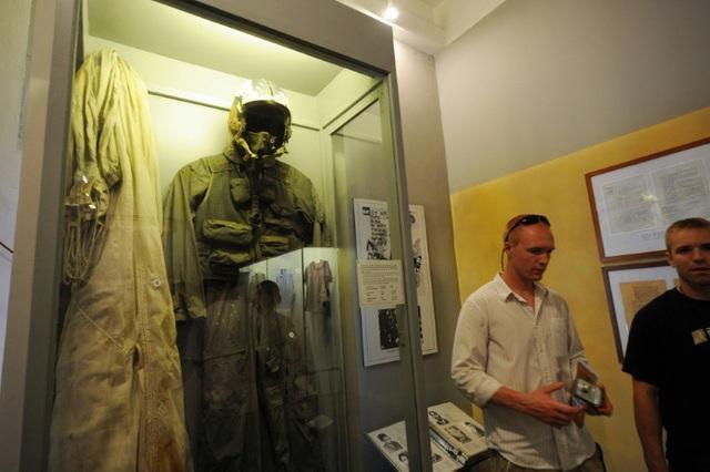 Trang phục phi công của ông John McCain được trưng bày tại bảo tàng nhà tù Hỏa Lò. (Ảnh: AFP)
