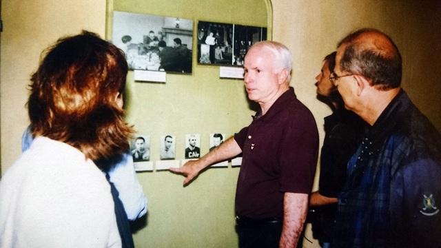 """Trong một lần thăm lại nhà tù Hỏa Lò, cố Thượng nghị sỹ John McCain từng nói: """"Tôi rất cảm ơn Chính phủ và nhân dân Việt Nam đã đối xử tốt với tôi, một người đã từng tham chiến ở Việt Nam""""."""