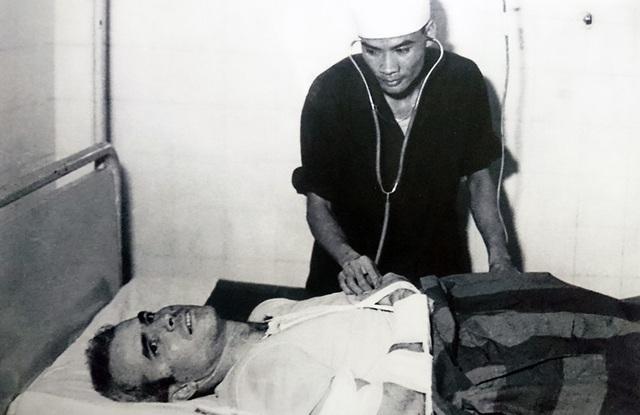 Sau khi được cứu sống, Thiếu tá Hải quân John McCain gãy hai tay và một chân, được các bác sỹ quân y Việt Nam chữa trị. Vào thời điểm đó, có lẽ không ai nghĩ rằng ông sẽ là một trong những người có đóng góp vô cùng quan trọng trong việc vận động chính phủ Mỹ bình thường hóa quan hệ ngoại giao với Việt Nam.