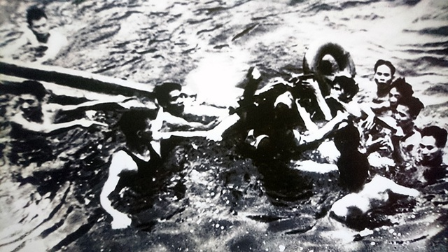 Tháng 10/1967, quân đội Việt Nam đã bắn hạ máy bay ném bom A-4E Skyhawk do phi công John McCain điều khiển. Được cứu sống tại hồ Trúc Bạch, như nhiều phi công Mỹ bị bắt khác, John McCain được đưa vào nhà tù Hỏa Lò nổi tiếng ở Hà Nội. Đây chính là một trong những mảnh ghép quan trọng trong cuộc đời của ông sau này.
