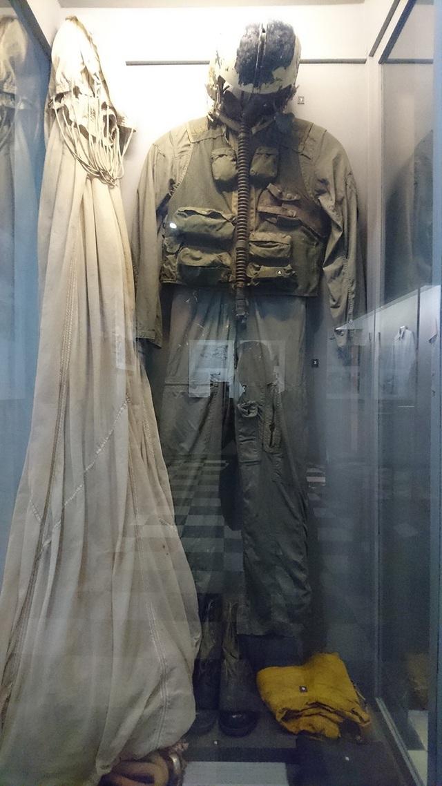 Trong ảnh là bộ quần áo của những phi công Mỹ sử dụng đã được tịch thu bởi quân dân Hà Nội. Đây bộ đồ mà những người lính phi công như ông John McCain sử dụng trong suốt quá trình trước khi rơi xuống hồ Trúc Bạch năm 1967.