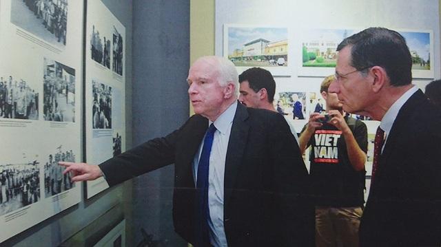 Trước đó, lần nào trở lại Việt Nam, cố Thượng nghị sỹ John McCain cũng cố gắng dành thời gian để thăm lại những người từng cứu mình năm xưa và không thể quên thăm lại nhà tù Hoả Lò ở Hà Nội.