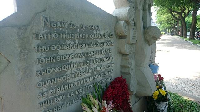 Sau chiến tranh, bên hồ Trúc Bạch ven đường Thanh Niên (Hà Nội), bức phù điêu khắc họa hình ảnh John McCain bị bắn rơi vào ngày 26/10/1967. Sau khi thông tin Thượng nghị sĩ John McCain qua đời ngày 25/8 (6h28 sáng 26/8 giờ Việt Nam) sau hơn một năm chống chọi với căn bệnh ung thư não, những người dân Hà Nội đã tới viếng ông tại nơi đặt bức phù điêu đặc biệt này.