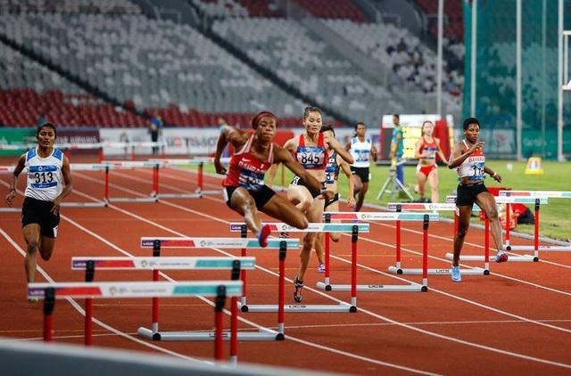 Quách Thị Lan (thứ ba từ trái sang) thi chung kết 400m vượt rào