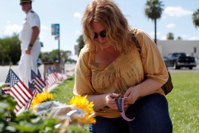 Người ủng hộ cũng đặt hoa để tưởng niệm Thượng nghị sĩ McCain bên ngoài nhà xác A.L. Moore-Grimshaw ở Arizona.