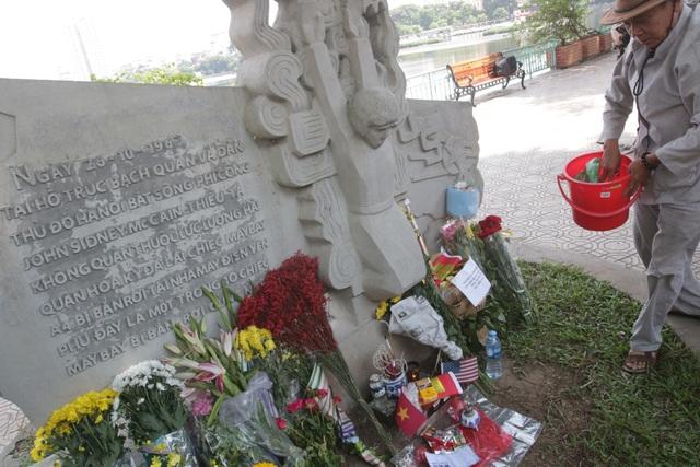 Cựu chiến binh Quách Văn Tính (ở Quảng An, Tây Hồ), người từng tham gia kháng chiến chống Mỹ, tới đặt lễ tưởng nhớ ông McCain tại phù điêu.