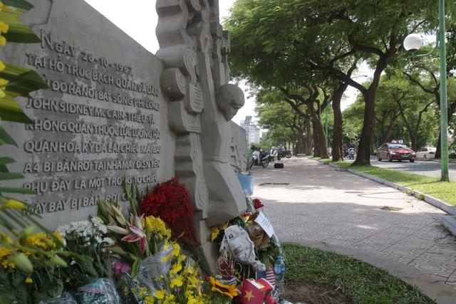 Kể từ khi ông Mccain qua đời, nhiều người Mỹ và Việt Nam đã tới đặt hoa và thắp hương tưởng nhớ ông tại phù điêu bên hồ Trúc Bạch.