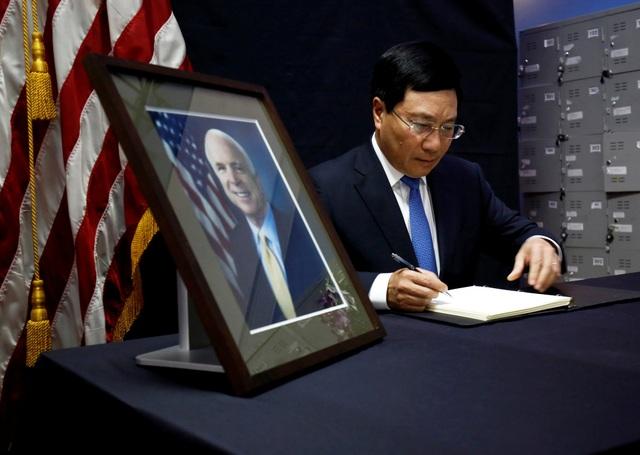 Phó Thủ tướng, Bộ trưởng Ngoại giao Phạm Bình Minh ghi sổ tang tưởng nhớ cố Thượng nghị sĩ Mỹ. (Ảnh: Reuters)