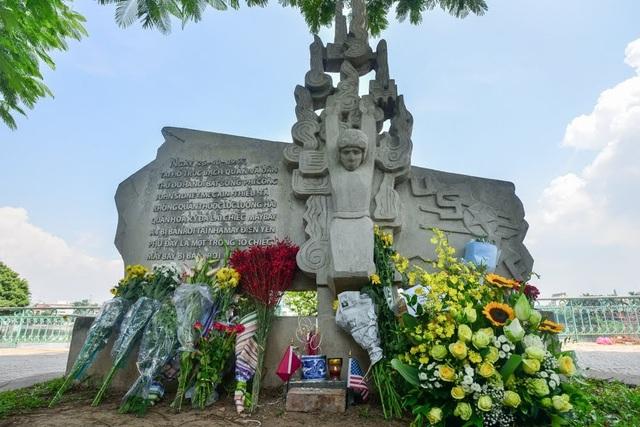 Những bó hoa được đặt tại phù điêu bên hồ Trúc Bạch, nơi máy bay do ông McCain điều khiển bị bắn rơi trên bầu trời Hà Nội năm 1967. Ông McCain khi đó là phi công của quân đội Mỹ.
