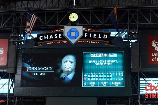 Hình ảnh ông McCain xuất hiện trên màn hình lớn tại trận đấu thể thao diễn ra ở Arizona hôm 25/8, cho thấy niềm tiếc thương của giới thể thao đối với chính trị gia này.