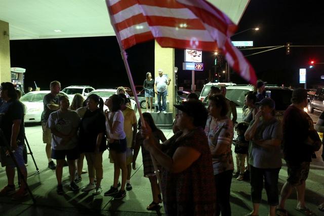 Lễ tưởng niệm chính trị gia này tại quê nhà Arizona cũng sẽ được tổ chức vào ngày 30/8. Trong ảnh: Người dân ở quê nhà Arizona ngậm ngùi biết tin ông McCain qua đời.