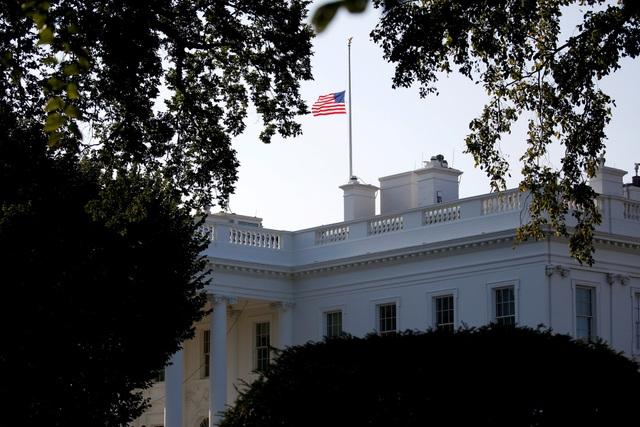 Nhiều nơi trên khắp nước Mỹ, cờ đều được treo rủ để tưởng niệm Thượng nghị sĩ McCain. Trong ảnh: Cờ treo rủ ở Nhà Trắng.