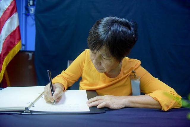 Người Việt ghi sổ tang chia buồn Thượng nghị sĩ McCain qua đời - 9