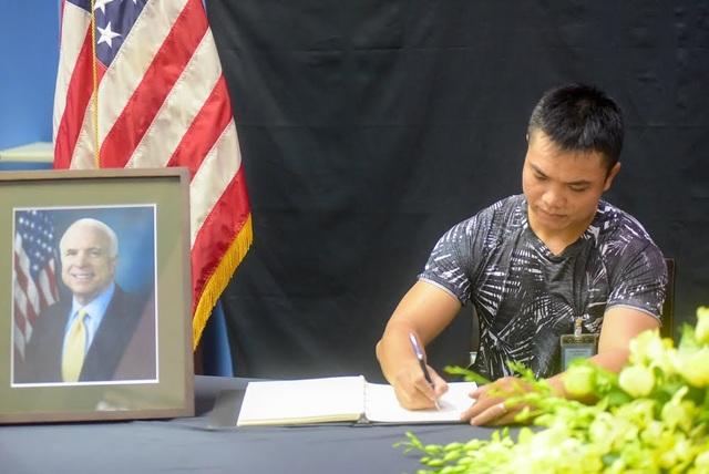 Người Việt ghi sổ tang chia buồn Thượng nghị sĩ McCain qua đời - 11
