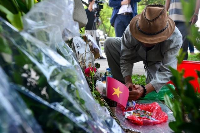 Để tưởng nhớ Thượng nghị sỹ Mỹ, ông Tính cũng tự tay trồng hai khóm hoa hồng trước tấm bia.