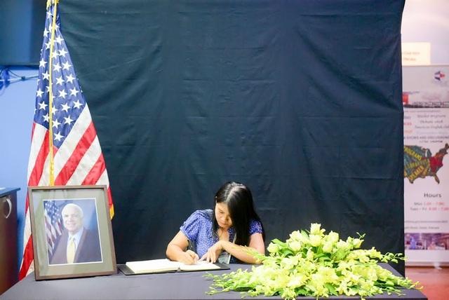 Người Việt ghi sổ tang chia buồn Thượng nghị sĩ McCain qua đời - 13