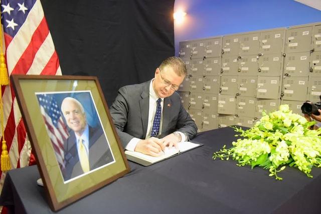 Trong sổ tang, Đại sứ Kritenbrink viết rằng, Thượng nghị sĩ McCain đã đi đầu trong công cuộc bình thường hóa quan hệ hai nước Hoa Kỳ và Việt Nam, từ đó đảm bảo tương lai tươi sáng hơn cho hai dân tộc Mỹ và Việt Nam và tạo điều kiện cho hai nước chúng ta xây dựng mối quan hệ đối tác ngày nay.