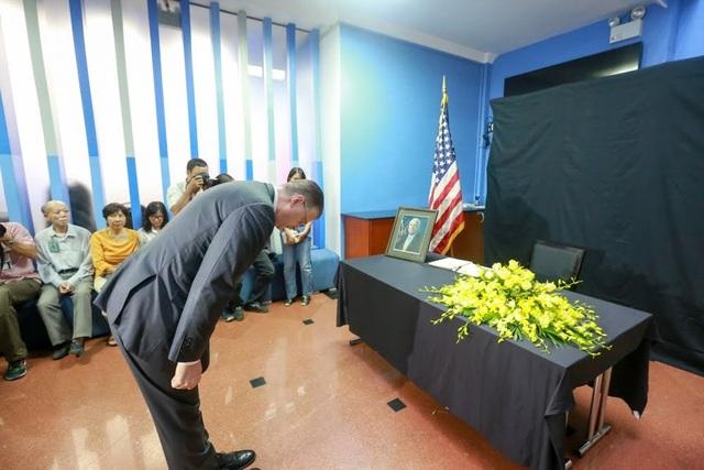Đại sứ Mỹ tại Việt Nam Daniel Kritenbrink nghiêng mình trước di ảnh của Thượng nghị sĩ John McCain.