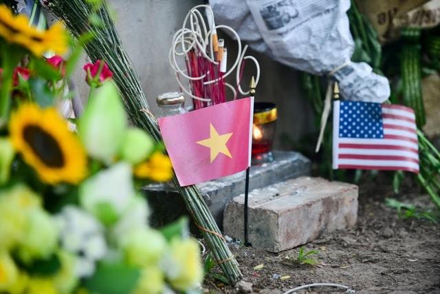 Lá cờ Mỹ và Việt Nam tại phù điêu bên hồ Trúc Bạch.